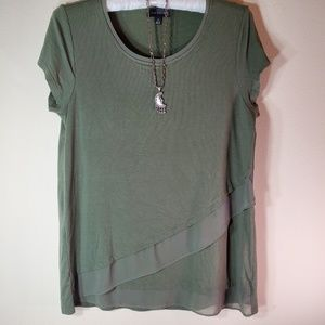 Nice green layered short sleeve top for Fall sz M